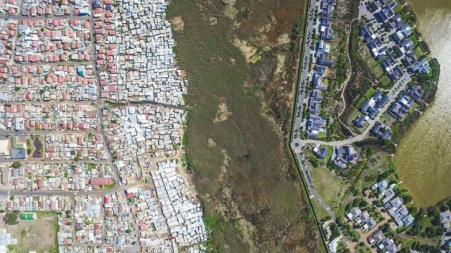 drone-captures-the-gap-between-rich-and-poor-6